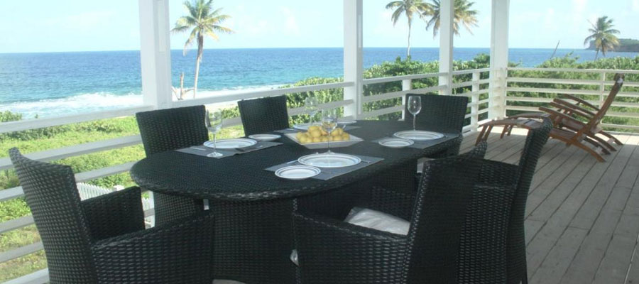 Alfresco dining on the balcony moonfish beach houses for Restaurants with balcony